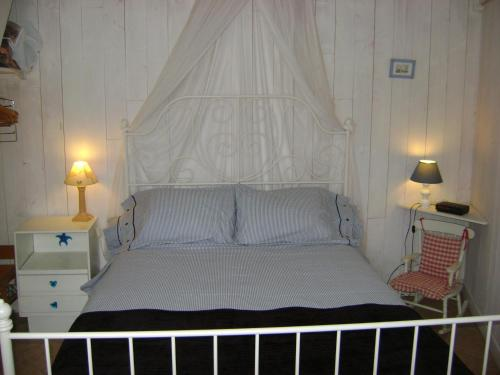 A bed or beds in a room at La Petite Maison sur l'Ile de Ré
