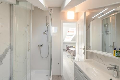 A bathroom at CAPITAL Apartments and Rooms