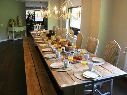 Ein Restaurant oder anderes Speiselokal in der Unterkunft Luxurious Villa In Schutzbach with Jacuzzi