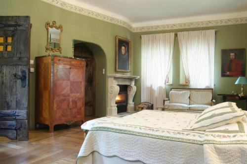Een bed of bedden in een kamer bij Zamek Korzkiew