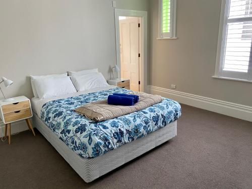 A bed or beds in a room at Verandahs Parkside Lodge