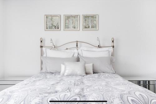 A bed or beds in a room at Stunning Burleigh Beach Apartment