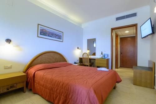 Ένα ή περισσότερα κρεβάτια σε δωμάτιο στο Golden Sand Hotel