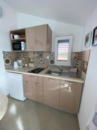A kitchen or kitchenette at Apartmani Marko