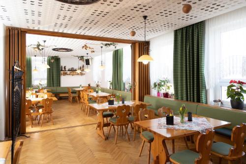 Ein Restaurant oder anderes Speiselokal in der Unterkunft Landgasthof Veitenhäuser