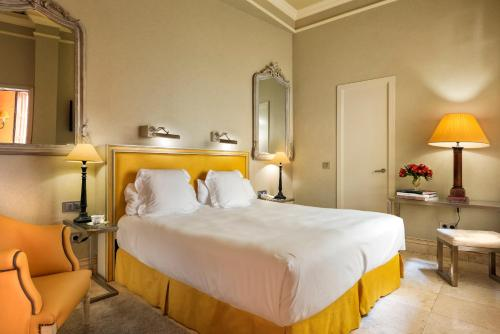 A bed or beds in a room at Hotel Casa Del Poeta
