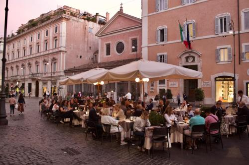 A restaurant or other place to eat at Hotel La Place Roma