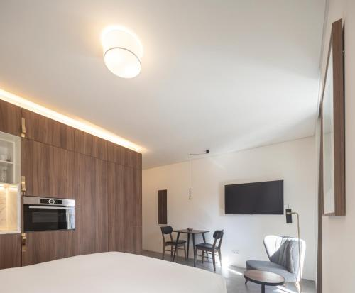 A television and/or entertainment centre at Lisbon Serviced Apartments - Avenida