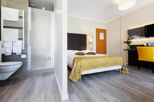 Ein Bett oder Betten in einem Zimmer der Unterkunft Hôtel Bellerive