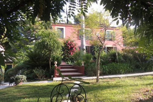 A garden outside Sous L'Olivier