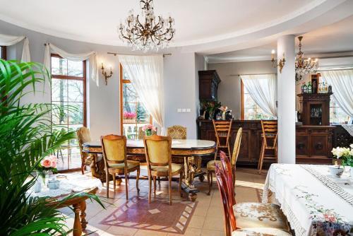 Restauracja lub miejsce do jedzenia w obiekcie Dwór Osmolice
