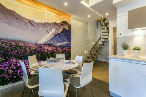 A restaurant or other place to eat at VIP Apartamenty Stara Polana
