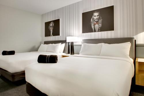 A bed or beds in a room at The Rose Chicago, Tapestry Collection By Hilton