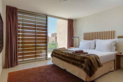 Кровать или кровати в номере Salgados Beach Villas