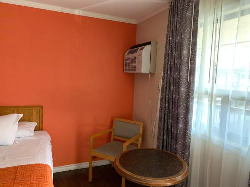 A bed or beds in a room at Howard Johnson by Wyndham Niagara Falls