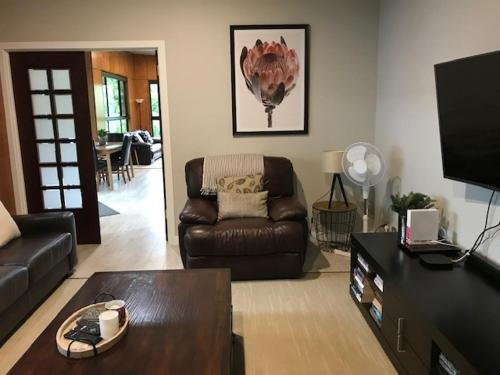 A seating area at Springbrook25 Pet friendly House