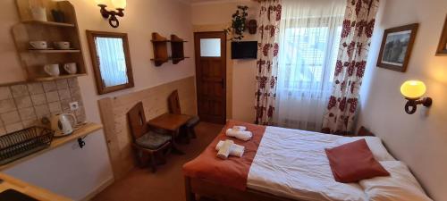 Łóżko lub łóżka w pokoju w obiekcie Aparthotel Pod Nosalem