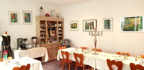 A restaurant or other place to eat at Boutiquehotel Goldene Rose
