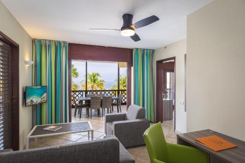 Een zitgedeelte bij LionsDive Beach Resort
