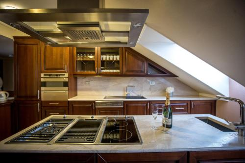 A kitchen or kitchenette at Queen's Court Hotel & Residence
