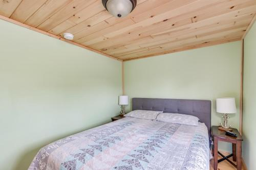 A bed or beds in a room at Rainbow Shores Rentals