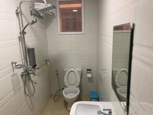 Salle de bains dans l'établissement Than Lwin Seesar Motel