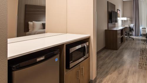 A kitchen or kitchenette at Best Western Plus at La Crescent Event Center