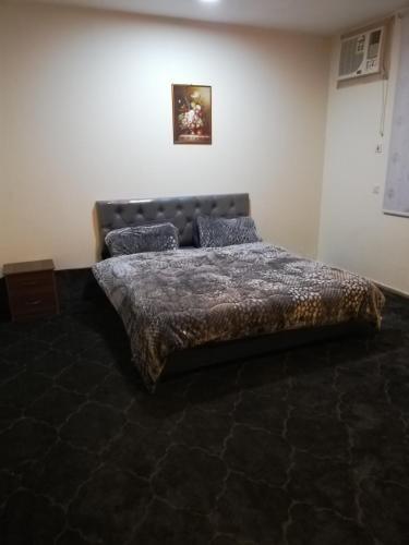 سرير أو أسرّة في غرفة في الارجوان للوحدات الفندقيه
