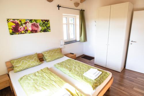 """Ein Bett oder Betten in einem Zimmer der Unterkunft """"Wohnen im Garten der Sinne"""""""