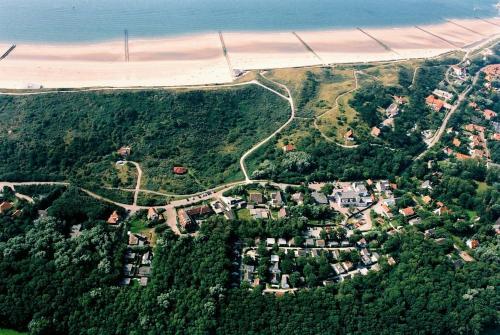 A bird's-eye view of Vakantiewoning 1 aan zee, 400 meter van het strand