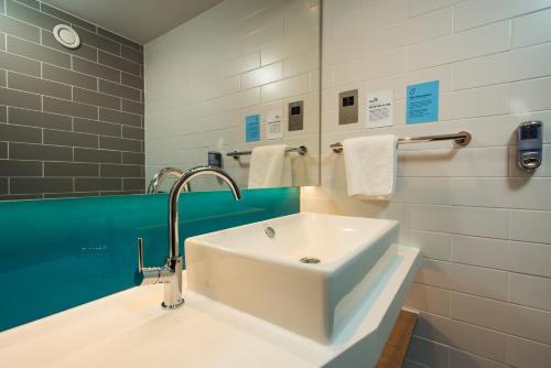 A bathroom at Holiday Inn Express Burton on Trent