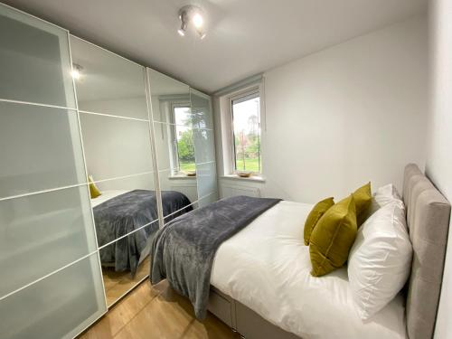 A bed or beds in a room at Heathrow Airport Oasis