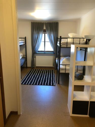 Våningssäng eller våningssängar i ett rum på Hestra Guesthouse