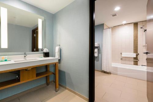 A bathroom at Hyatt Place Augusta
