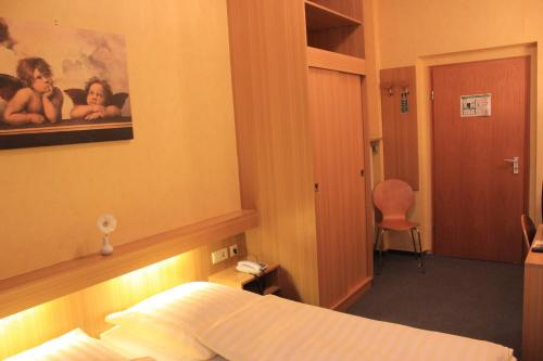 A bed or beds in a room at City Hotel Schönleber