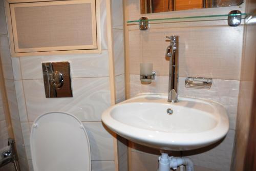 Ванная комната в Отель Варшавка Инн