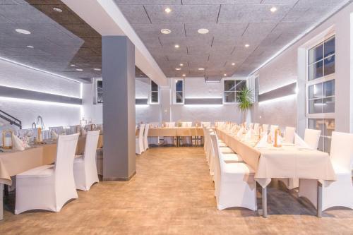 Ein Restaurant oder anderes Speiselokal in der Unterkunft Hotel & Restaurant 5 Linden