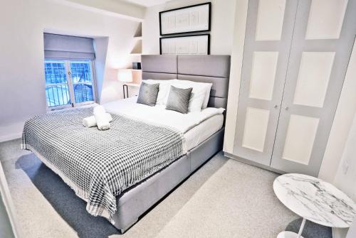 A bed or beds in a room at Flower Market Suites