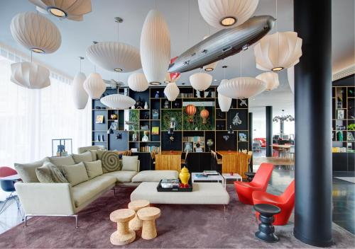 O lounge ou bar de citizenM Paris Charles de Gaulle Airport