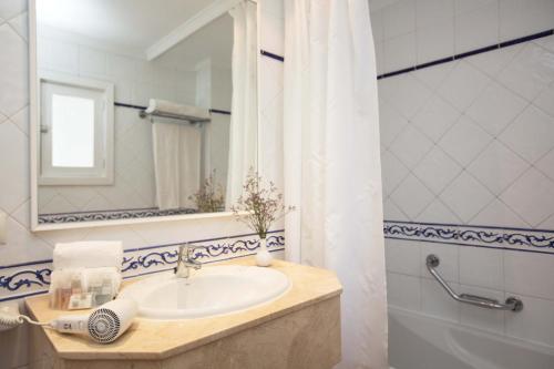 Łazienka w obiekcie Gavimar Cala Gran Hotel and Apartments
