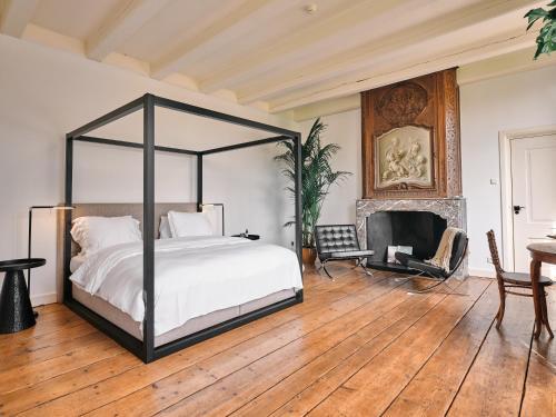 Een bed of bedden in een kamer bij Eco Hotel Plantage Rococo