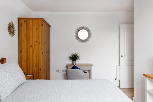 A bed or beds in a room at Large Sunny Two Bedroom Apartment with Balcony