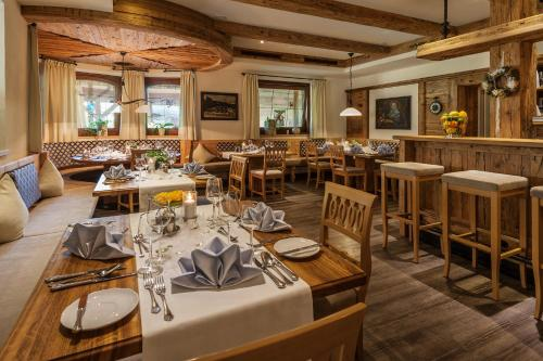 A restaurant or other place to eat at Gasthof zum Wilden Kaiser