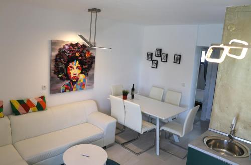 A seating area at Apartments Skandi1
