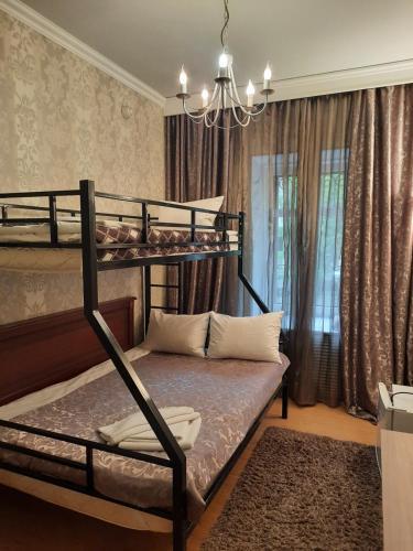 Двухъярусная кровать или двухъярусные кровати в номере Отель Калифорния на Покровке