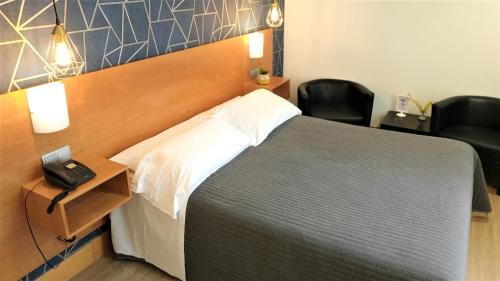 Cama o camas de una habitación en Hotel Bilbao Jardines