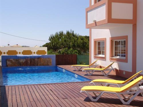 The swimming pool at or near Apartamentos Monte da Vinha I
