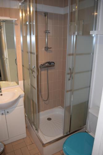 A bathroom at L'air Du Large