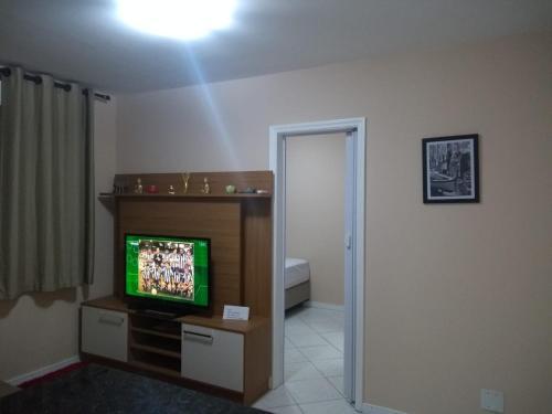 A television and/or entertainment centre at Apartamentos funcional II