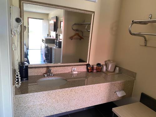 A bathroom at Regency 7 Motel